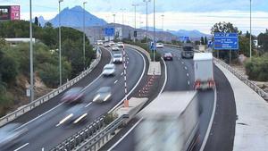 Vehículos circulan por la A-70 en las proximidades de Sant Joan d'Alacant.