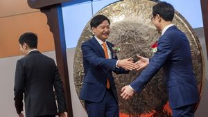 HONG KONG XIAOMI IPO-05. Hong Kong (China), 09/07/2018.- Xiaomi Corp. founder, Chairman and Chief Executive Officer Lei Jun (C) greets guests during the company's trading debut on the Hong Kong Exchange and Clearings in Hong Kong, China, 09 July 2018. Chinese smartphone maker and electronics company Xiaomi Corp started trading in Hong Kong after a US$3.1 billion IPO. EFE/EPA/STR