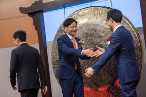 El fundador de Xiaomi y presidente, Lei Jun, en el acto de salida a bolsa de la compañía.