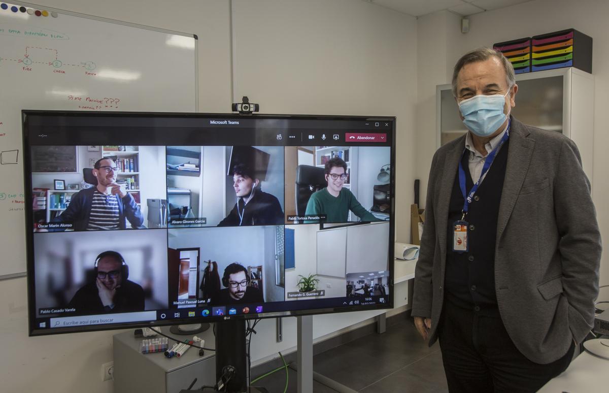 El consejero delegado de Nouss Intelligence, Fernando Guerrero, junto a varios miembros de la empresa en el transcurso de una videoconferencia.