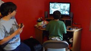 Dos menores juegan al videojuego 'Assasin's Creed 2'.