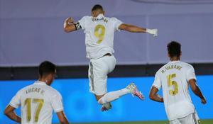 Benzema celebra el primer tanto del partido ante el Alavés
