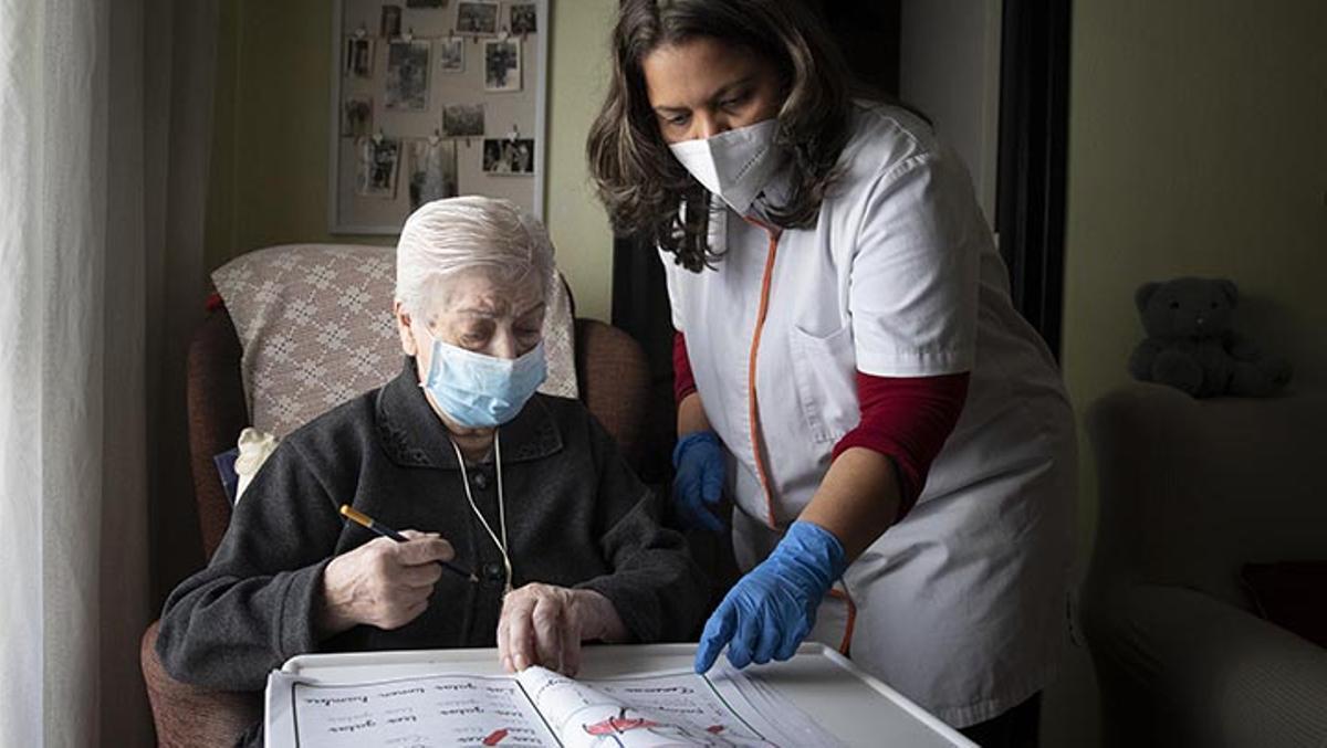 EL PERIÓDICO acompaña a una trabajadora familiar durante su jornada visitando a tres mujeres mayores que viven solas.