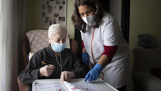 Una trabajadora familiar visita a tres mujeres mayores que viven solas