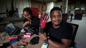 Uns guants intel·ligents tradueixen la llengua de signes a la parla