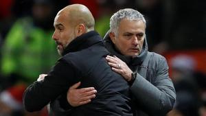 Guardiola y Mourinho se saludan al acabar un partido entre el City y el United en diciembre del 2017.