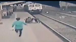 Rescate de un niño que cayó a las vías del tren y estuvo a punto de ser atropellado en la India.