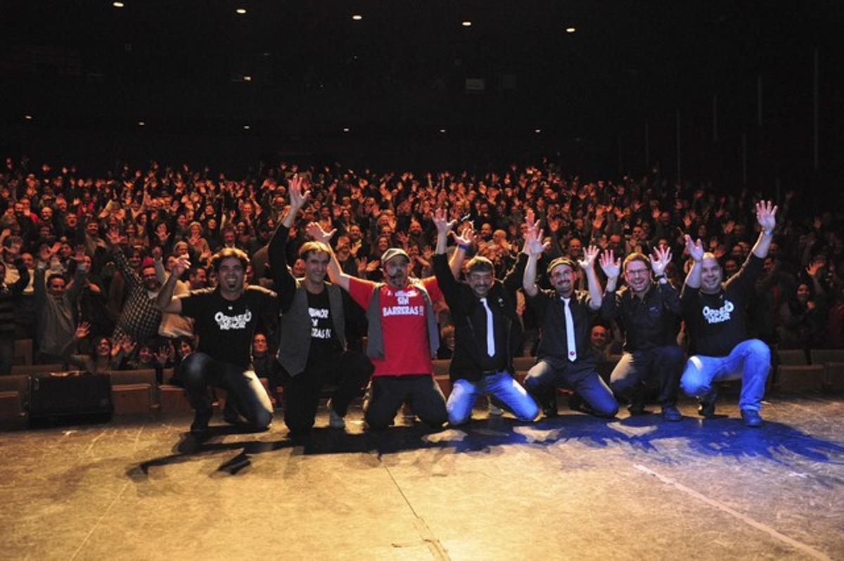 Los miembros del espectáculo 'Humor sin barreras' en una imagen con el público.