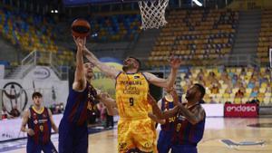 Gasol pelea por un rebote con Dimsa en el partido del Gran Canaria Arena