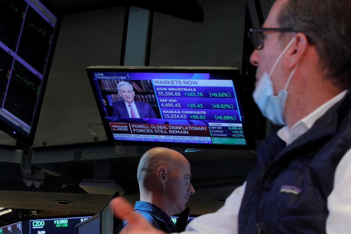 Un operador de Wall Street contempla el discurso del presidente de la Reserva Federal, Jerome Powell, en Jackson Hole