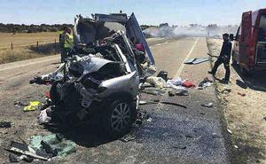 Tres menors d'edat han mort al xocar el turisme en què viatjaven amb un camió.