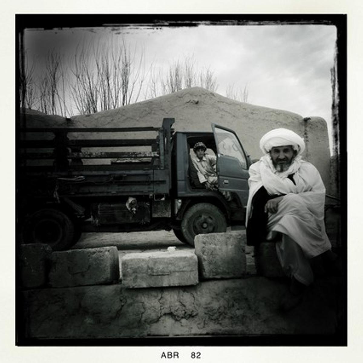 Diversos afganesos es deixen fotografiar per la periodista.