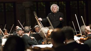 Simon Rattle, dirigiendo la Filarmónica de Berlín en el Palau.