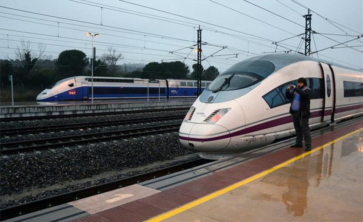 Un viajero toma una foto en la estación de alta velocidad de Figueres-Vilafant, el 9 de enero.
