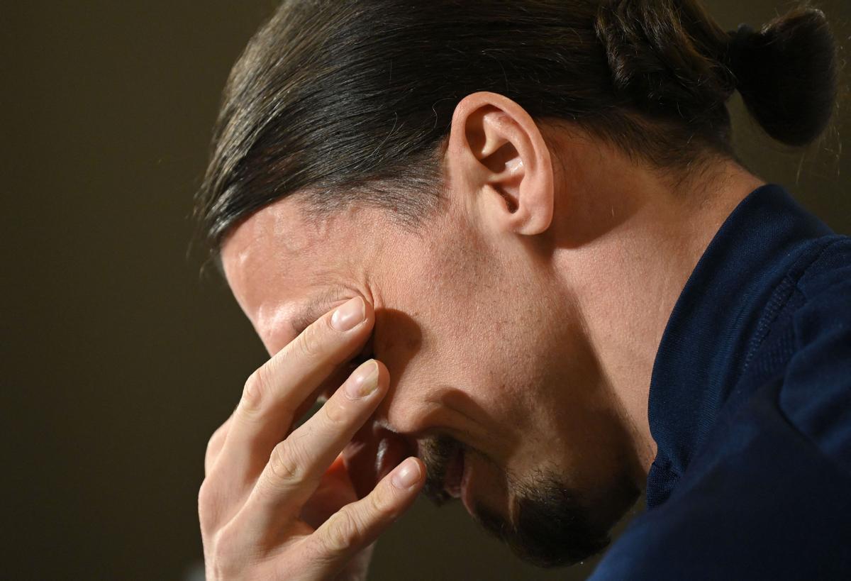 Ibrahimovic se seca las lágrimas en su comparecencia de prensa con la selección.