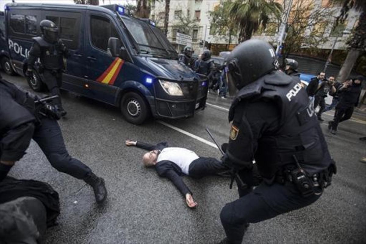 Una de las cargas policiales del 1-O en un centro de votaciónen Barcelona.