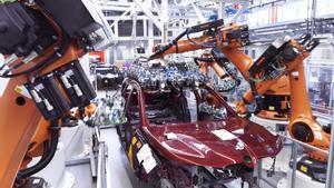 Robots industriales en una fábrica de coches.