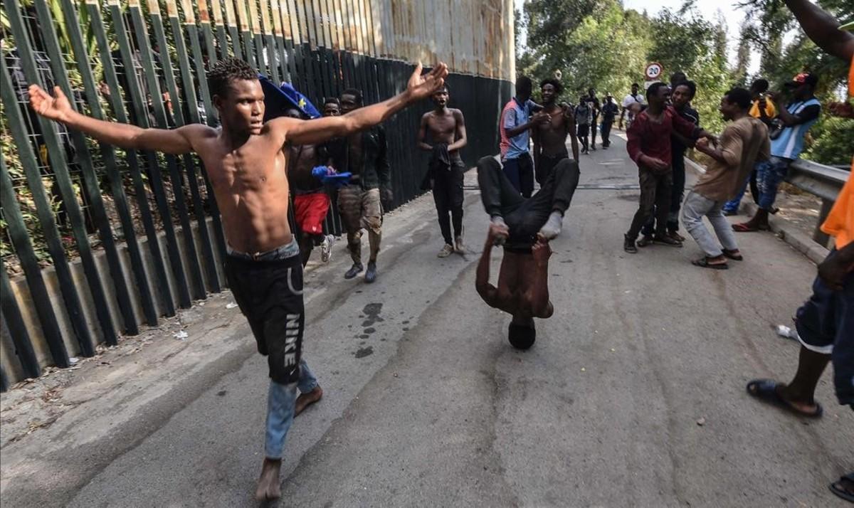 Inmigrantes que saltaron la valla de Ceuta.