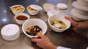 Preparación de platos para llevar a domicilio de En Casa con Martín (Martín Berasategui), en la cocina habilitada para este servicio en el Hotel Monument.