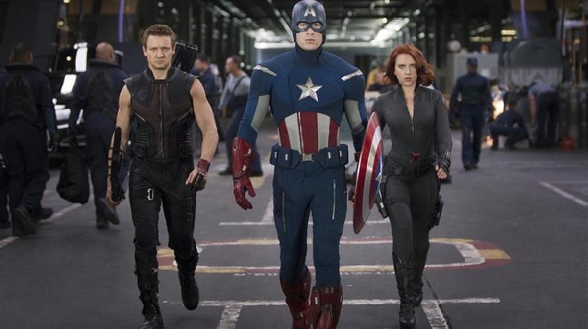 Jeremy Renner,Chris Evans yScarlett Johansson, como Ojo de Halcón, el Capitán América y la Viuda Negra, en 'Los Vengadores'.