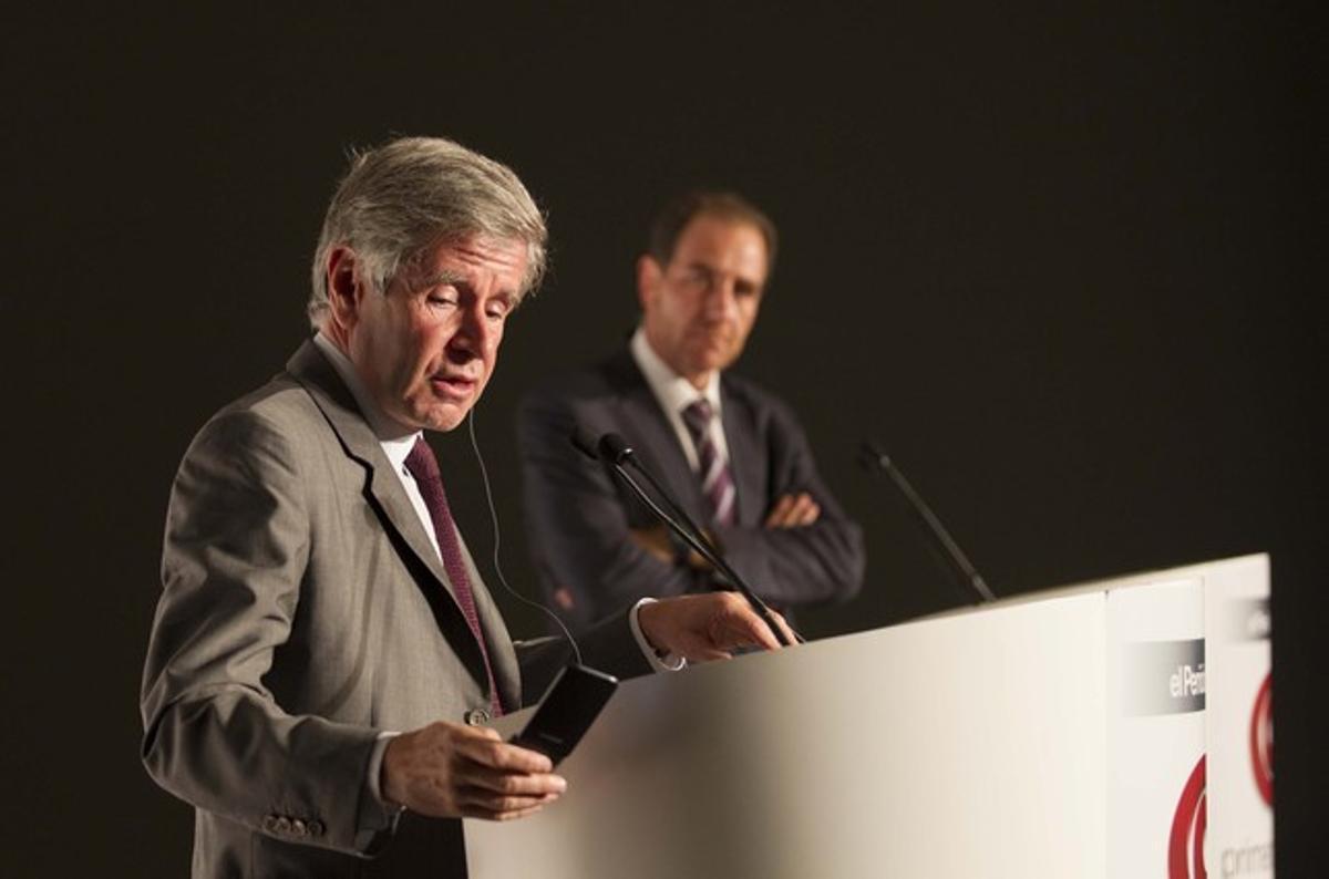 Alain Minc, en primer término, y el director de EL PERIÓDICO, Enric Hernàndez, durante un coloquio celebrado el pasado 26 de septiembre en Barcelona.