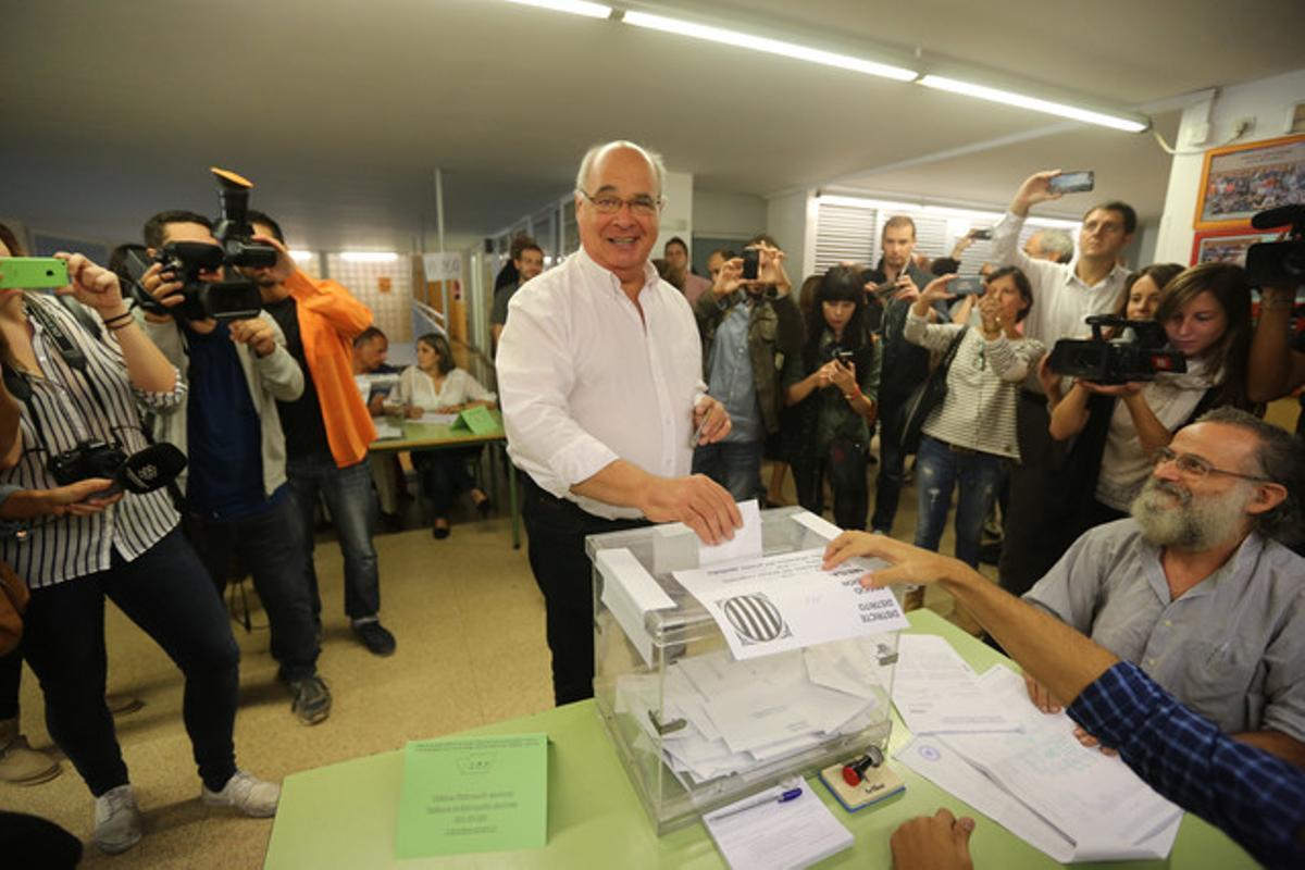 Lluís Rabell vota en el CEIP Diputació de Barcelona.