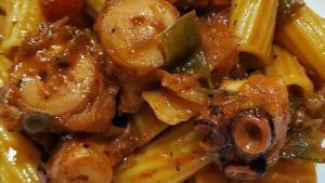 Foto hecha en la cocina de casa: pasta con ragú de pulpo.