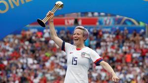 Megan Rapinoe muestra su alegría como balón de oro del Mundial.