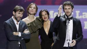 Raúl Arévalo, junto a la productora de 'Tarde para la ira', Beatriz Bodegas, y sus protagonistas, Ruth Díaz y Antonio de la Torre, en Sevilla, donde recogieron el Forqué a la mejor película.