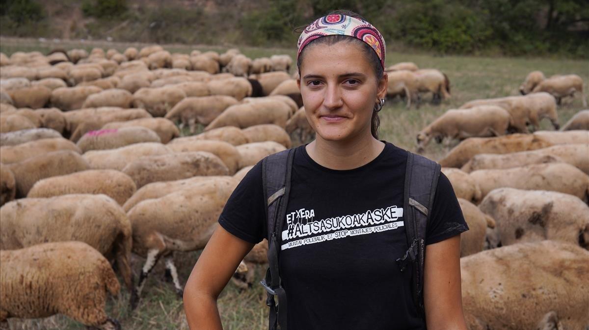 La joven pastora Emma Rojas cambió Barcelona por su rebaño en Santa Maria d'Oló.
