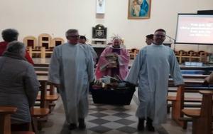 Los sacerdotes en una iglesia de Polonia a punto de quemar los libros.