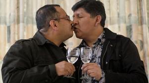 Guido Montano y David Aruquipa celebran su unión civil tras celebrar una conferencia de prensa en La Paz, el pasado mes de diciembre.