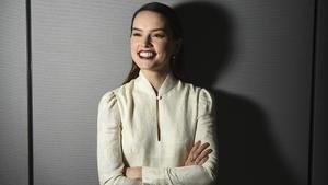 La actriz Daisy Ridley posa para un póster promocional de 'Star Wars: Episodio VIII - Los últimos Jedi', el 3 de diciembre de 2017, en Los Ángeles.