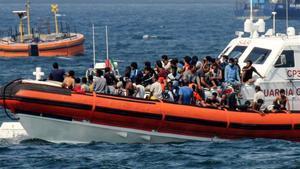 La Guardia Costera italiana transporta a inmigrantes rescatados por la oenegé Open Arms hacia el puerto de Palermo.