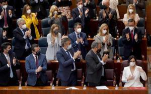 Diputados populares aplauden a Isabel Díaz Ayuso después de su discurso de investidura en la Asamblea de Madrid.
