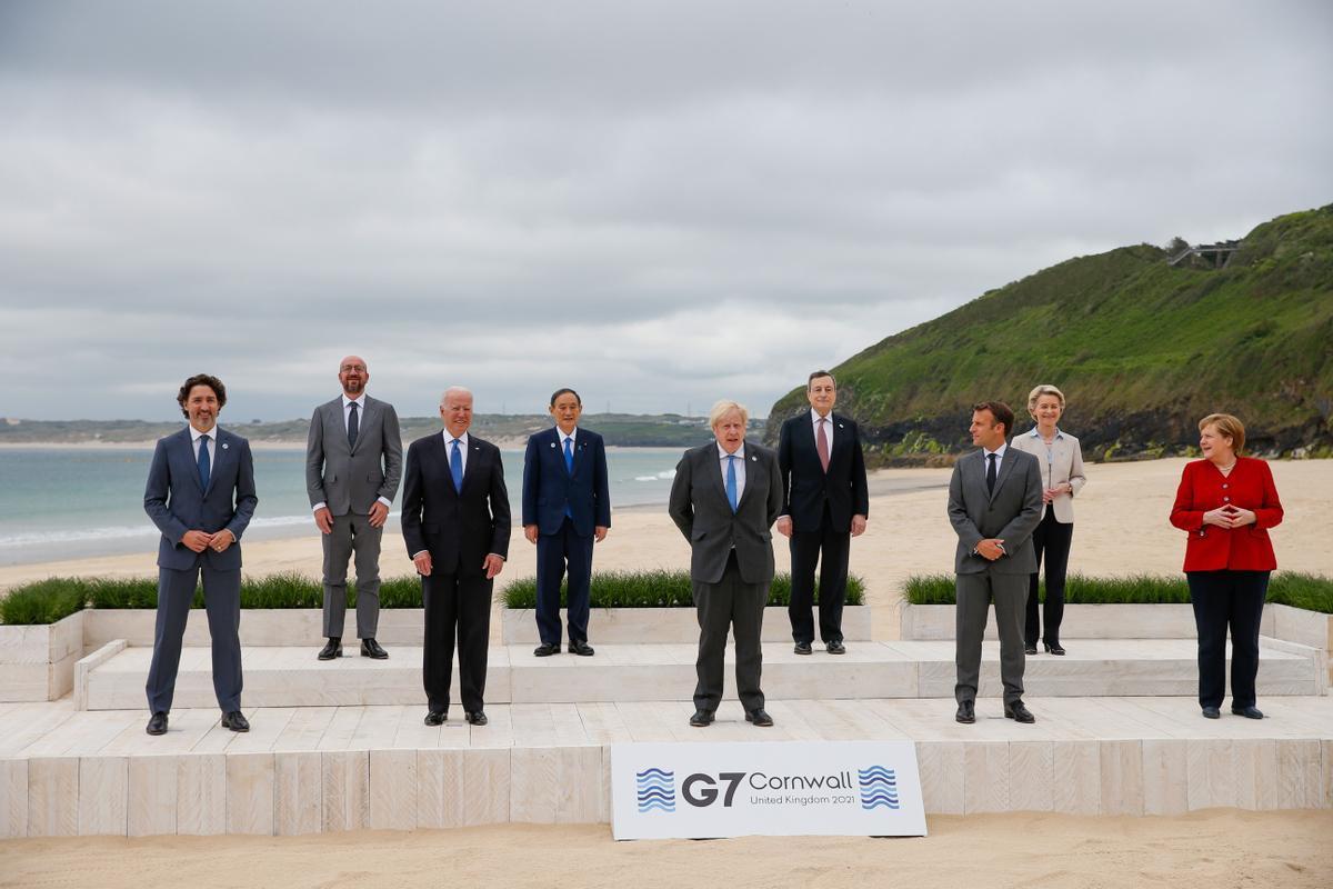 Foto de familia de la cumbre del G-7 con el anfitrión, el primer ministro británico, Boris Johnson, en el centro de la imagen.