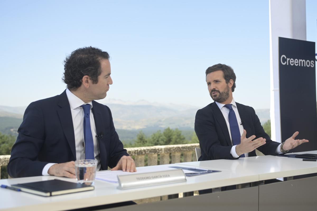 El secretario general del PP, Teodoro García Egea, y el presidente, Pablo Casado, este miércoles en los jardines del Parador de Gredos (Ávila).