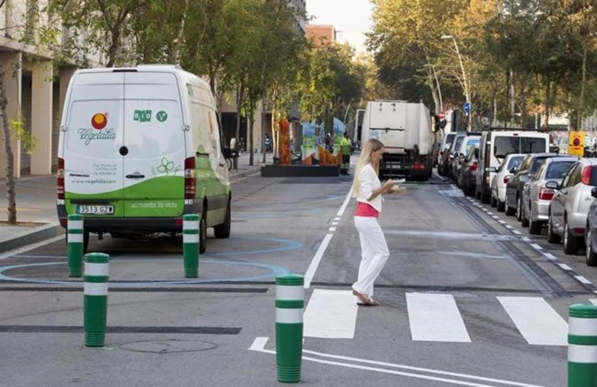 Furgoneta aparcada en la zona destinada al disfrute ciudadano, este martes, en Sancho de Ávila.