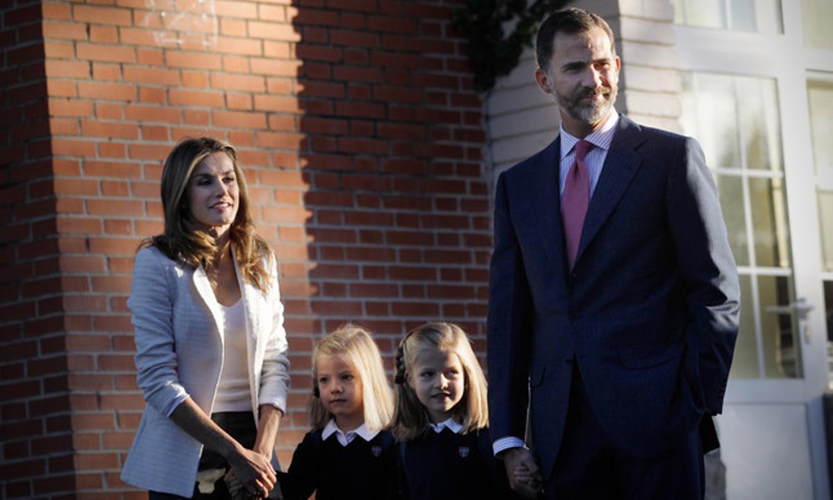 Los príncipes Felipe y Letizia, junto a las infantas Leonor y Sofía, el primer día de colegio de las pequeñas, el pasado 14 de septiembre.