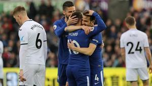 Fàbregas se abraza a sus compañeros del Chelsea tras marcar ante el Swansea.