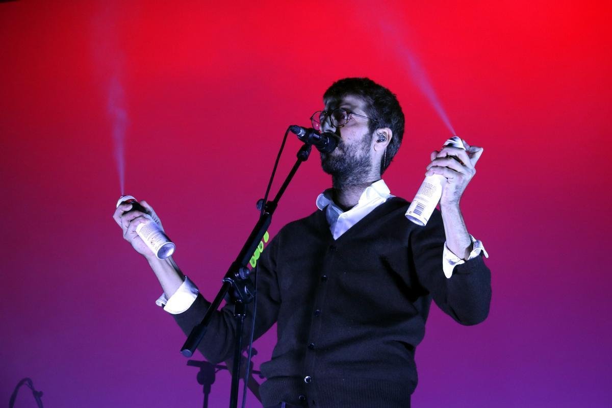Guillem Gisbert, de Manel, canta 'Formigues en un concierto del grupo en Poble Espanyol (2019)
