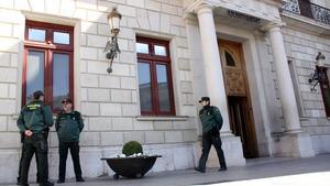 Varios agentes, esta mañana, ante el Ayuntamiento de Reus.