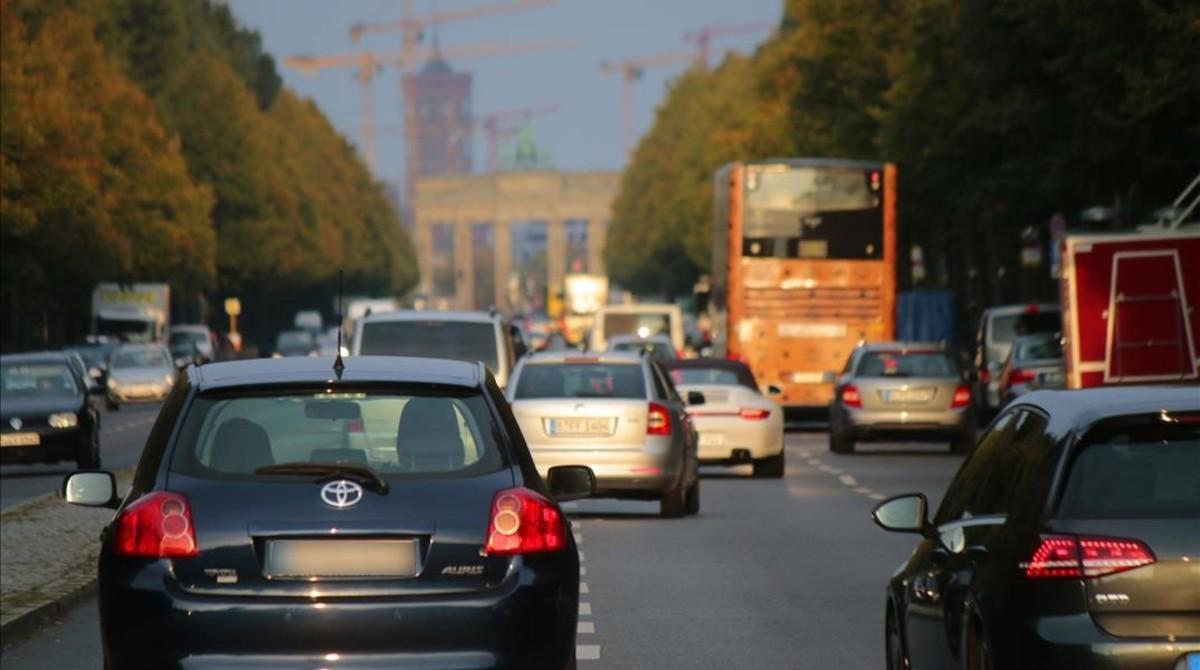 Circulación de vehículos en las proximidades de la puerta de Brandenburgo de Berlín.