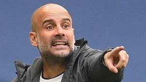 Pep Guardiola dirigiendo un partido del Manchester City /AFP
