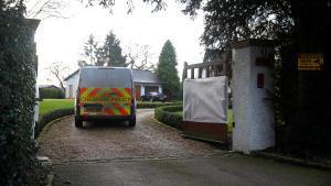 Un furgón policial, en la casa del vicepresidente del Manchester, Ed Woodward.
