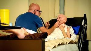 Timothy Ray Brown en su domicilio recibiendo cuidados.