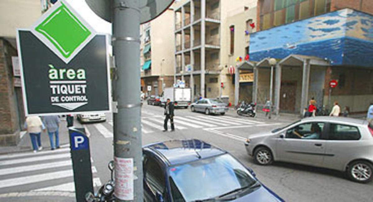 Una calle con zona verde de aparcamiento en la Barceloneta.