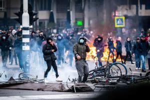 Decenas de manifestantes causan disturbios en Eidnhoven por las restricciones impuestas por el gobierno.