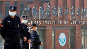 Personal de seguridad en el Instituto de Virología de Wuhan.