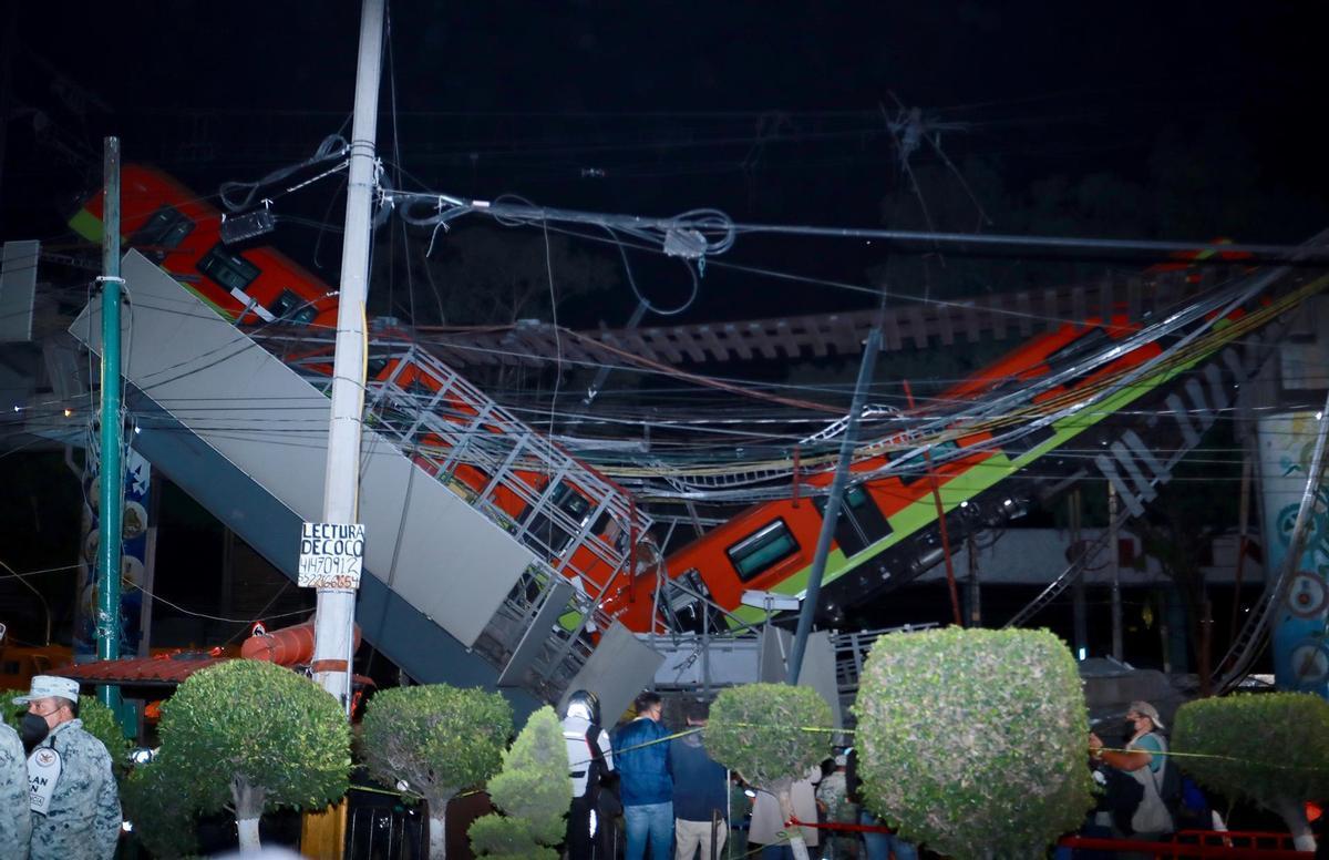 Vista general del colapso de unos vagones del metro esta noche, en la Ciudad de México.